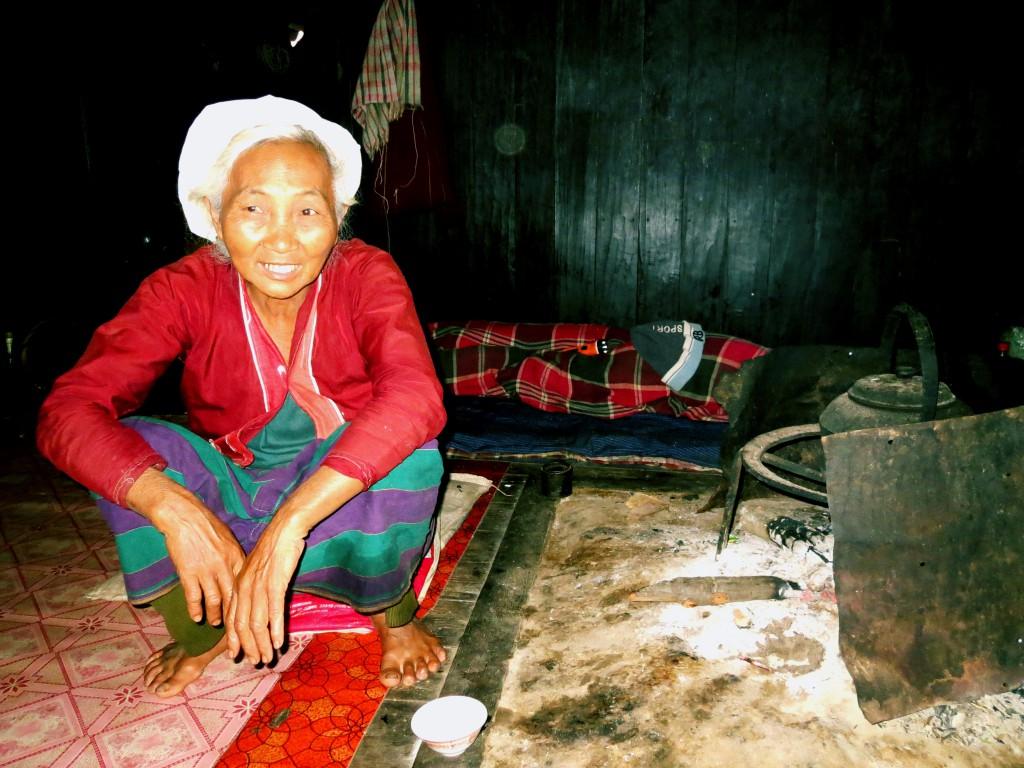 Eine Frau der Palaung bei der traditionellen Feuerstelle.