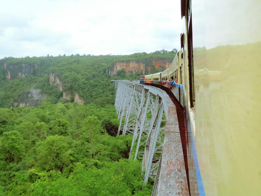 Das Goteik Viadukt ist die höchste Brücke in Myanmar und war zum Zeitpunkt ihrer Fertigstellung im Jahr 1900 die größte Eisenbahn-Bockbrücke der Welt.